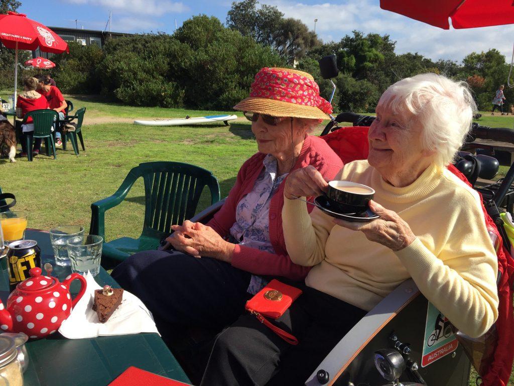 Zwei Omas beim Kaffee trinken