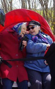 Zwei Omas lachen beim Radeln ohne Alter e.V.