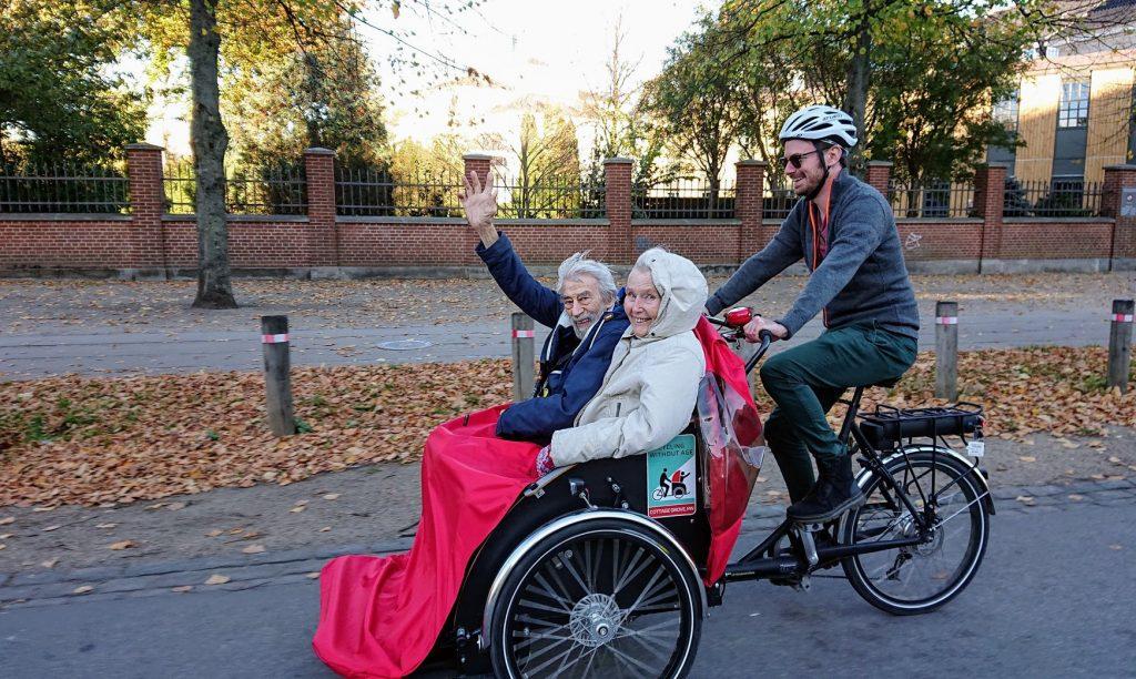 """Senior*innen und Radfahrer*innen beim """"Radeln ohne Alter"""""""